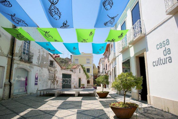 Instalação artística suspensa embeleza espaço em frente à Casa de Cultura de Setúbal