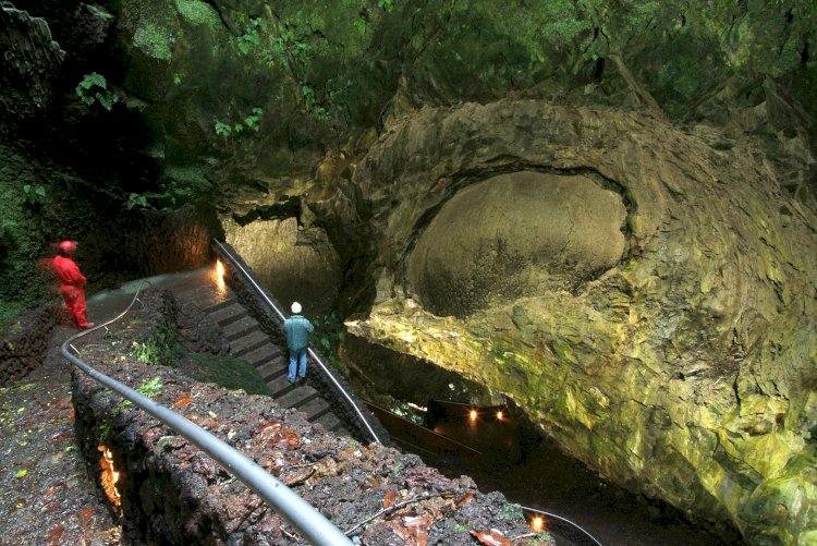 Algar do Carvão, um exemplo da beleza natural dos Açores