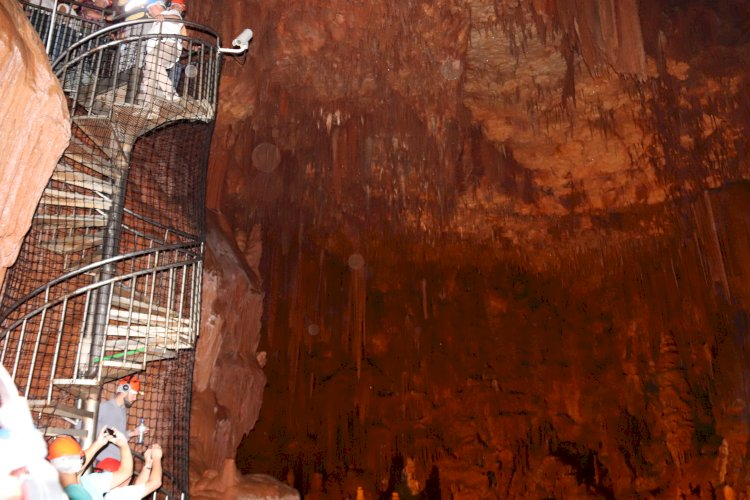 Algar do Pena, a maior sala subterrânea do país