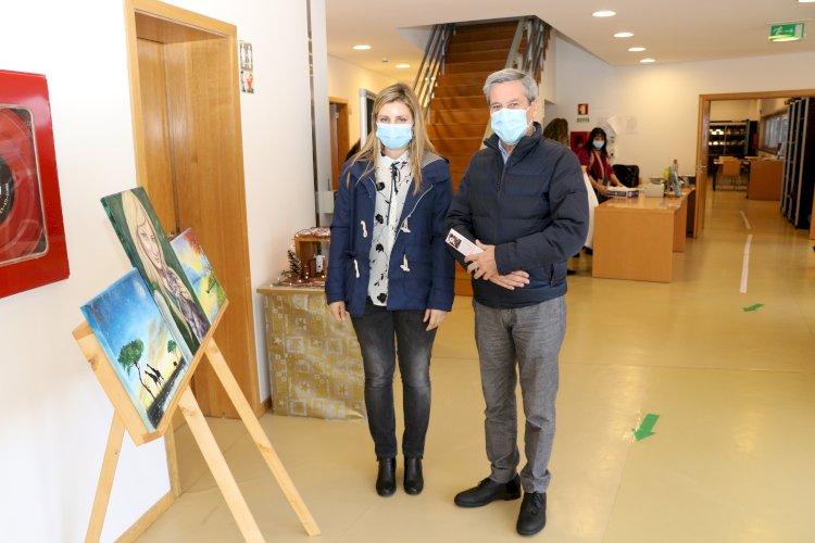 """Biblioteca Municipal de Ribeira de Pena recebe exposição de pintura """"Observâncias"""""""