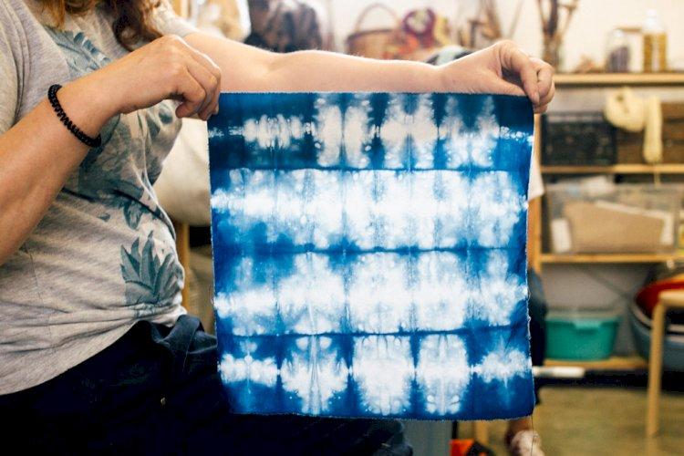 Museu do Oriente ensina técnica natural para tingir tecidos